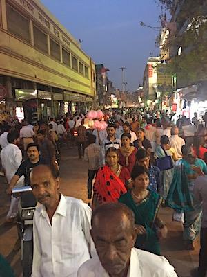 Il caos di gente in una strada di Varanasi