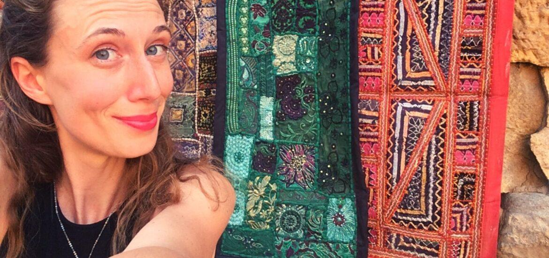 Come organizzare un viaggio in India: selfie con i tappeti colorati del Forte di Jaisalmer