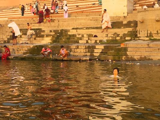 Varie attività che si svolgono nel Gange nei ghat di Varanasi in India