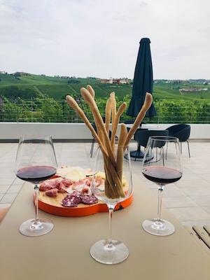 Tagliere di salumi e formaggi e calice di Barolo all'Astemia Pentita a Barolo, una tappa del nostro tour enogastronomico in Italia