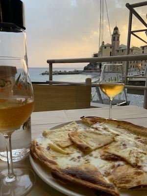 Focaccia al formaggio all'Osteria Sette Pance di Camogli, una tappa del nostro tour enogastronomico in Italia