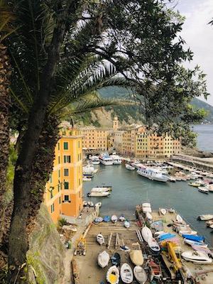 Borgo marinaro di Camogli visto da in cima agli scalini