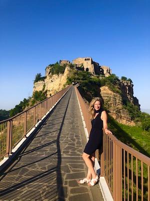 Io sul ponte che porta all'ingresso di Civita di Bagnoregio
