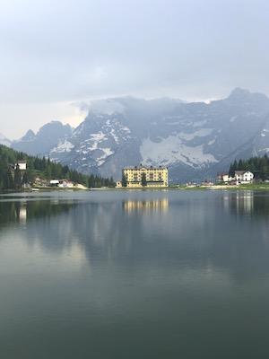 Paesaggio del Lago di Misurina con la casina e le Dolomiti