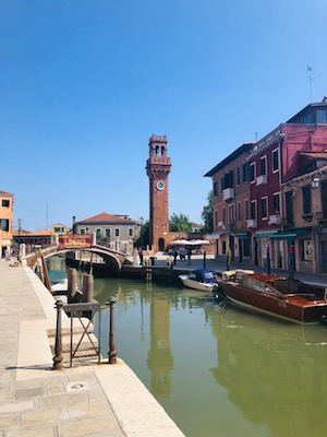 Uno dei canali di Murano con vista campanile