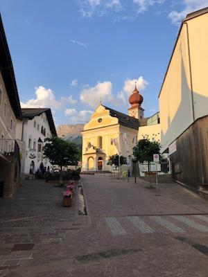 Chiesa parrocchiale di Ortisei nell'area pedonale del paese