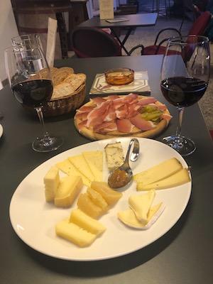 Tagliere di Speck e Formaggi della Malga, e vino Lagrein, all'Enoteca dell'Orologiaio a San Candido, una tappa del nostro tour enogastronomico in Italia