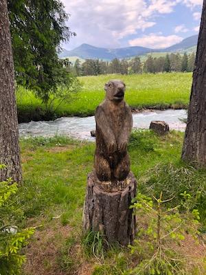 Marmotta di legno nel sentiero Tru dles Liondes a San Vigilio di Marebbe