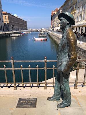 Statua di James Joyce sul Ponte di Canal Grande a Trieste