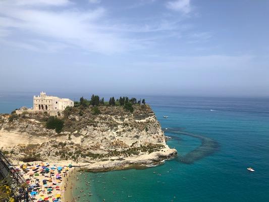 Panorama sul Santuario di Santa Maria dell'Isola (Isola Bella) di Tropea da uno degli affacci sul mare del borgo